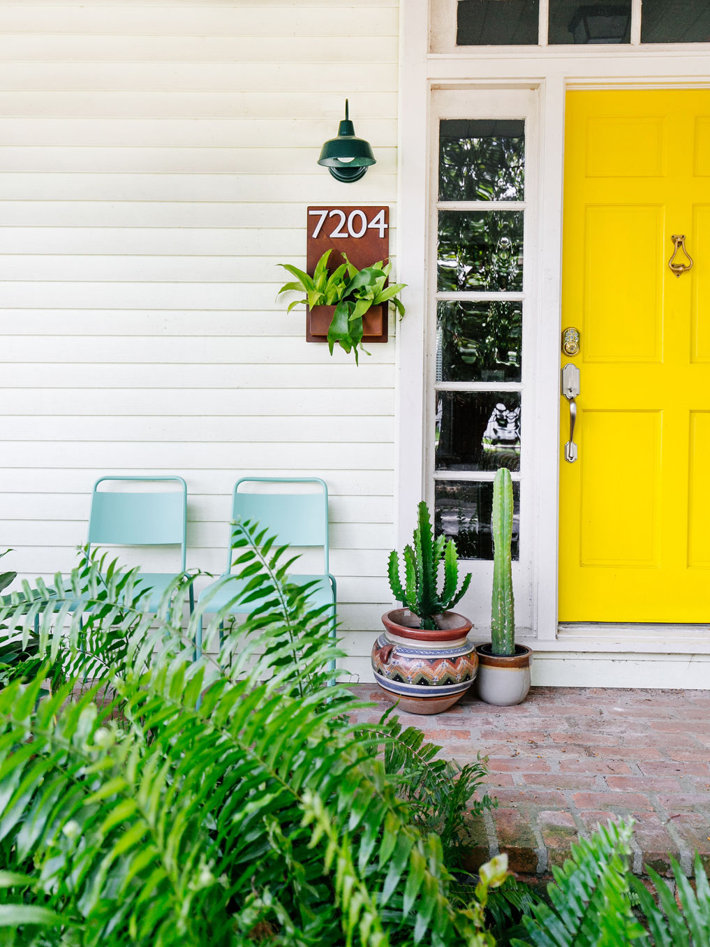 Tour this colorful home with a yellow front door #yellow #porch #homdecor #moderndecor #vintagemodern #frontdoor