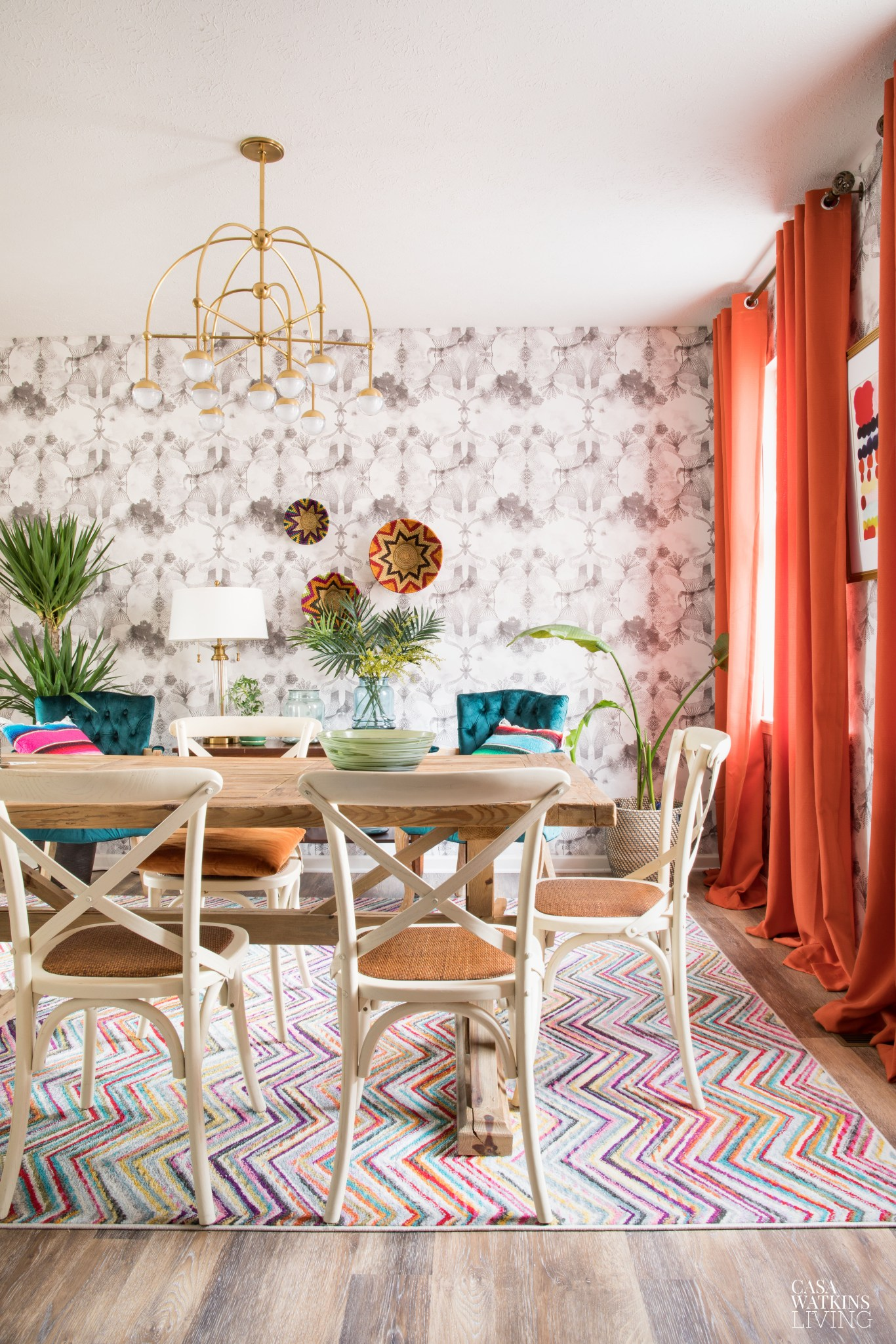 Eclectic boho colorful dining room #diningroom #diningroomdecor #eclecticdecor #colorlovers #colorfuldecor #wallpaper #diningroomfurniture #lighting