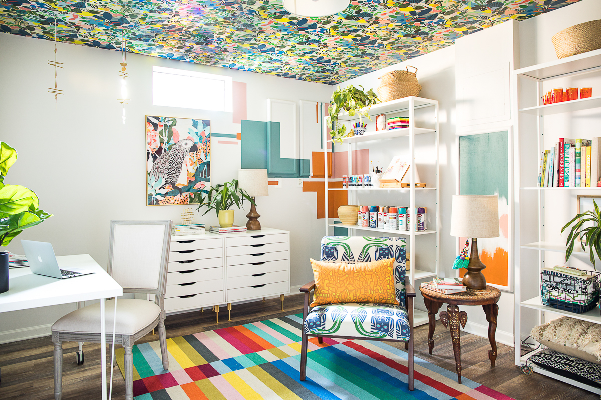 Colorful home office with vibrant wallpaper ceiling! See how to hang wallpaper on a ceiling by yourself #homeoffice #officedecor #colorfuldecor #wallpaper #colorlovers #bohodecor #diydecor