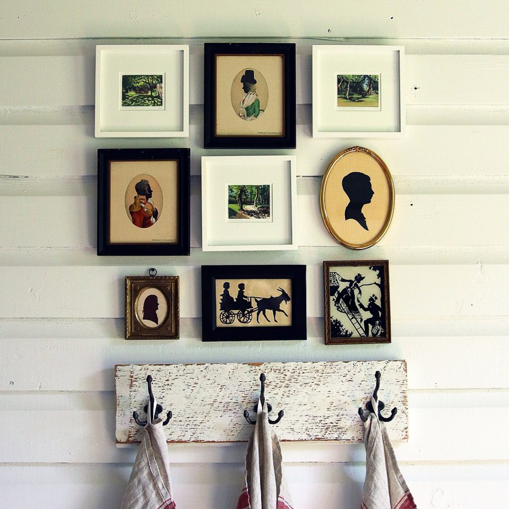 Love the mix of antique and modern art in this gallery wall kellyelko.com #gallerywall #art #antique #vintagemodern #silhouette #farmhouse #farmhousedecor