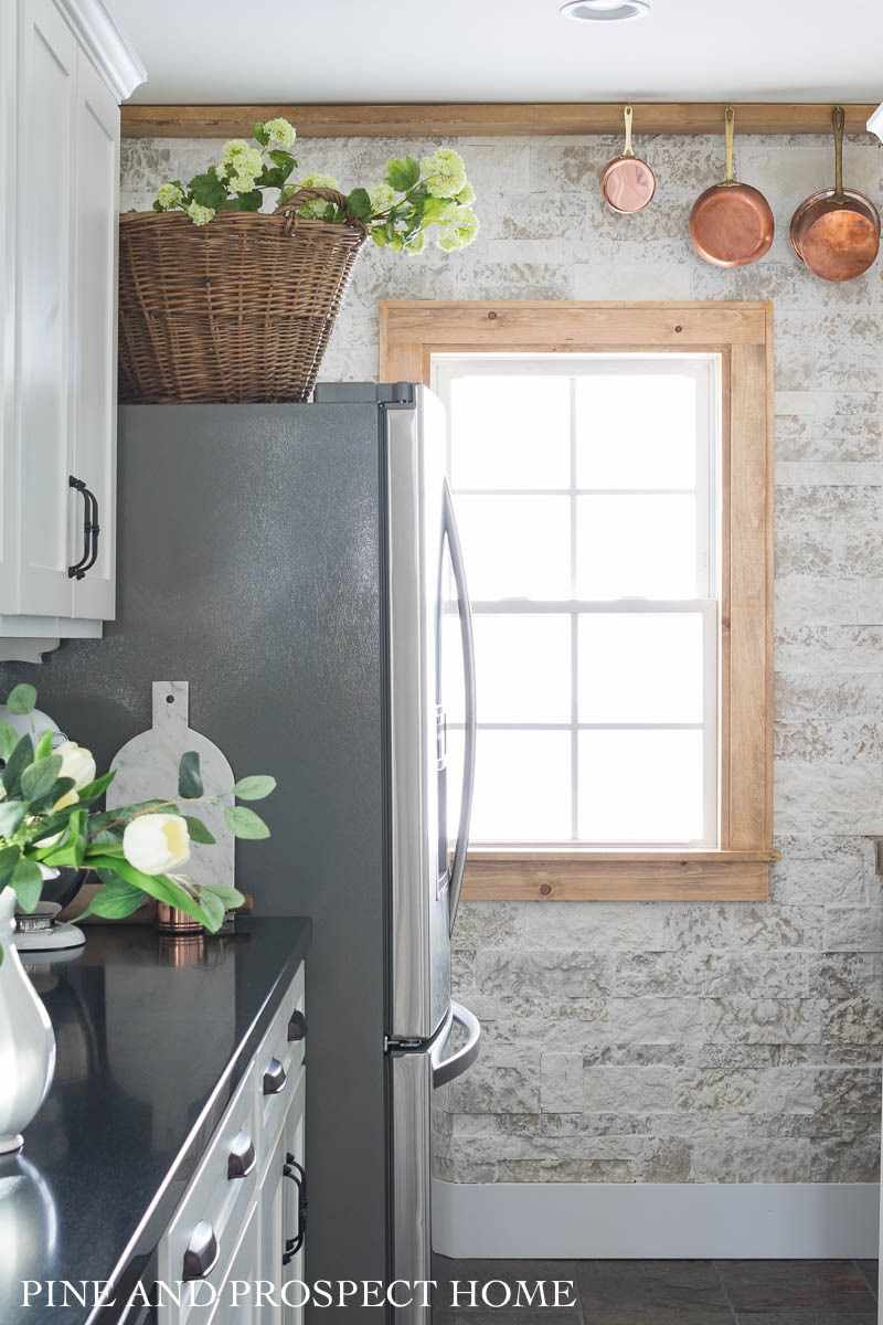 How to add Airstone to a wall to give it a farmhouse look #airstone #diydecor #diyhomedecor #farmhousedecor #farmhousekitchen #rusticdecor