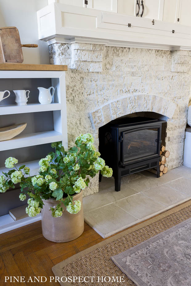How to put Airstone on a fireplace for a farmhouse look #airstone #farmhousedecor #mantel #farmhousemantel #neutraldecor