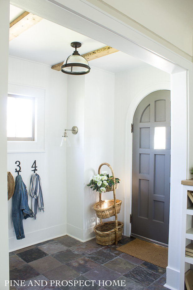 Love the arched front door in this charming cottage #frontdoor #foyer #entry #farmhousedecor #farmhouse #neutraldecor