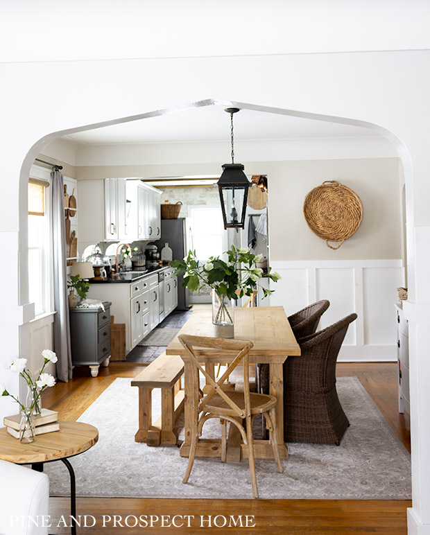 Farmhouse dining room with neutral decor and wicker #vintagedecor #wicker #neutraldecor #baskets #farmhousedecor #farmhousediningroom