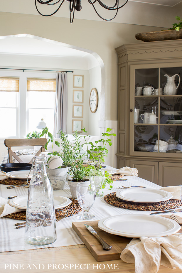 Farmhouse dining room with built in corner cabinet #diningroom #diningroomdecor #tablesetting #farmhousediningroom #farmhousedecor
