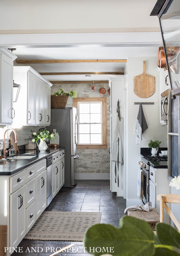 Eclectic Home Tour of Pine and Prospect Home - tons of DIY ideas in this charming 1930's fixer upper #hometour #housetour #fixerupper #fixerupperstyle #kitchen #kitchendecor #farmhouse #farmhousekitchen #farmhousestyle #airstone #whitekitchen