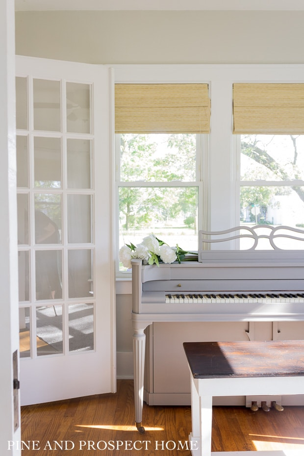 Paint an old piano with chalk paint #piano #chalkpaint #sunroom #diypaint #diyideas #vintagefurniture #vintagedecor