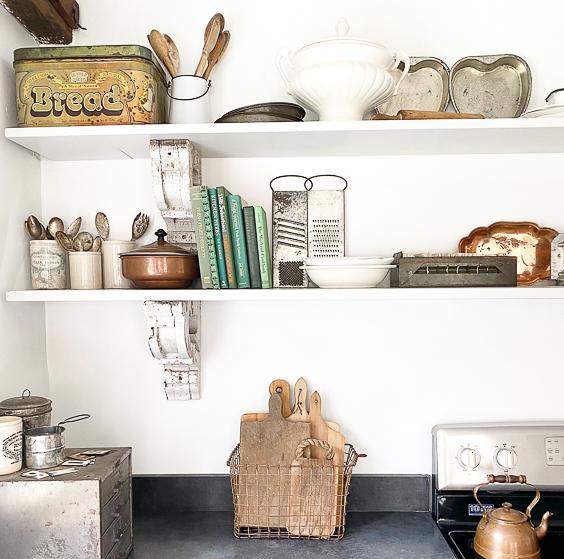 Open kitchen shelves are perfect for displaying vintage finds #openshelves #vintagedecor #collections #antiques #shelves #kitvhendecor #vintagekitchen