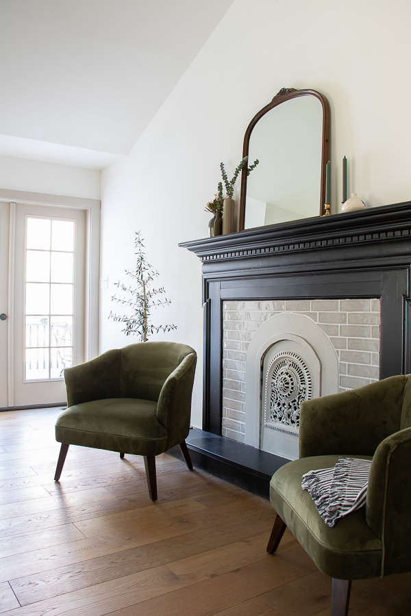 Add a faux fireplace for an instant focal point #fireplace #fauxfireplace #fauxmantel #fireplacedecor #vintagedecor #vintagemodern #farmhousedecor