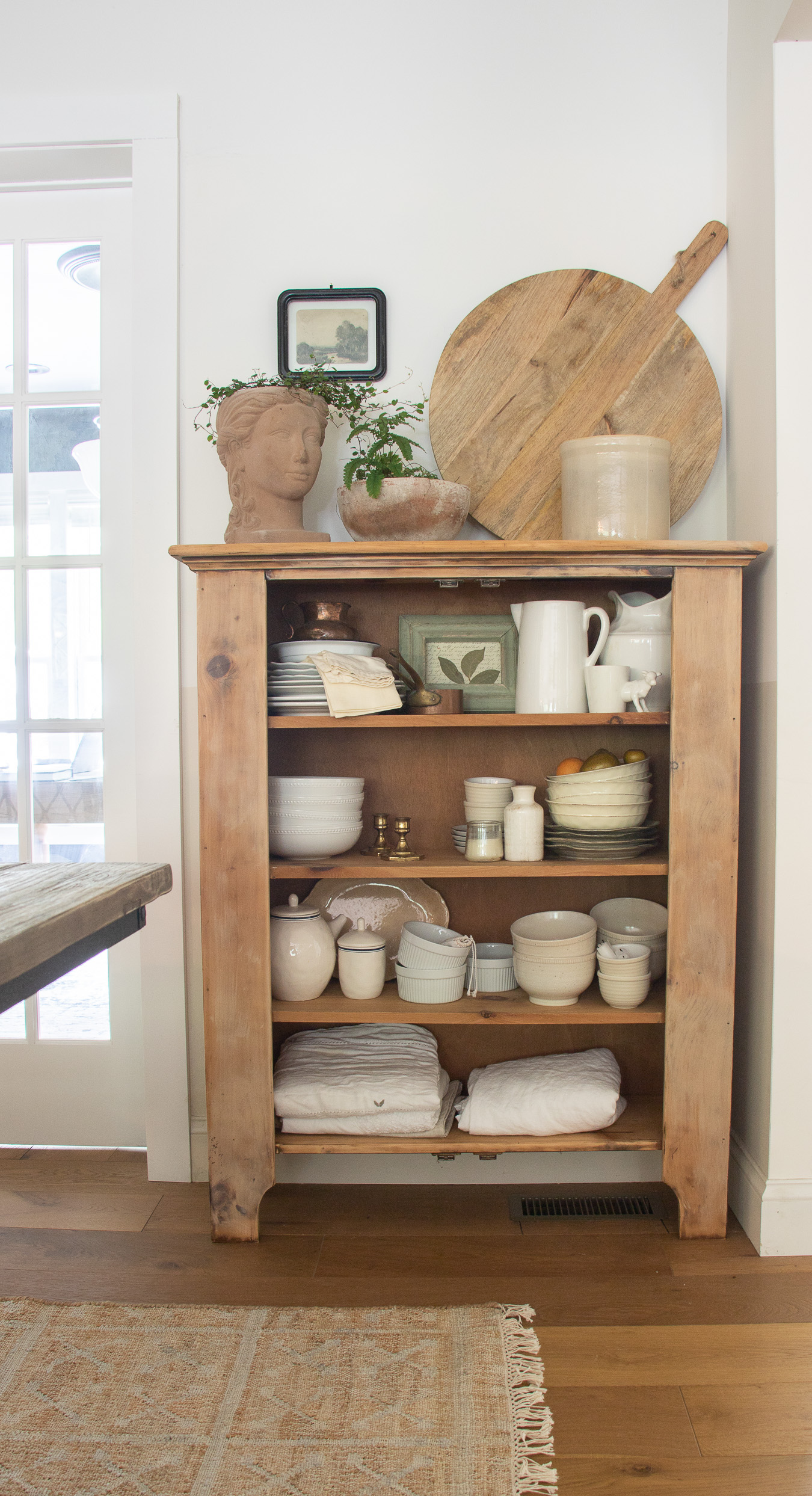 Beautiful display of vintage serving pieces and cutting boards #vintage #vintagedecor #farmhouse #farmhousedecor #neutraldecor #diningroomdecor