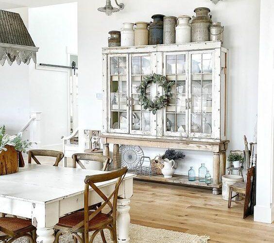 Eclectic Home Tour Sweet Pickins kellyelko.com #farmhouse #farmhousedecor #hometour #housetour #fixerupper #vintagedecor #collections #diningroom