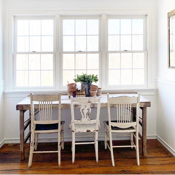 Charming farmhouse kitchen table and mismatched chairs #kitchentable #farmhousekitchen #farmhousestyle #fixerupperstyle #vintagedecor #farmhousedecor #antiquedecor #paintedfurniture #vintage