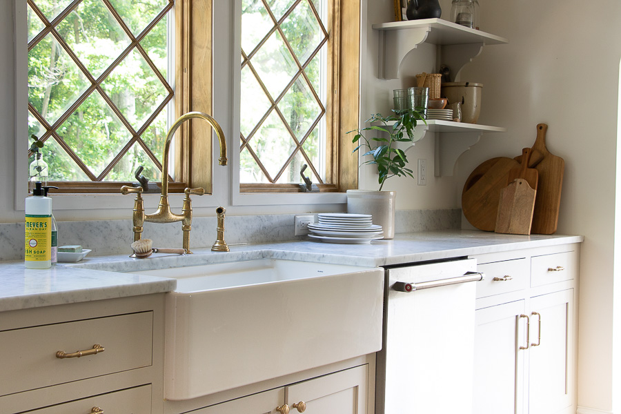 Beautiful farmhouse sink with brass faucet #farmhouse #farmhousekitchen #farmhousedecor #farmhousesink #brass #brassfaucet #openshelves #kitchendecor