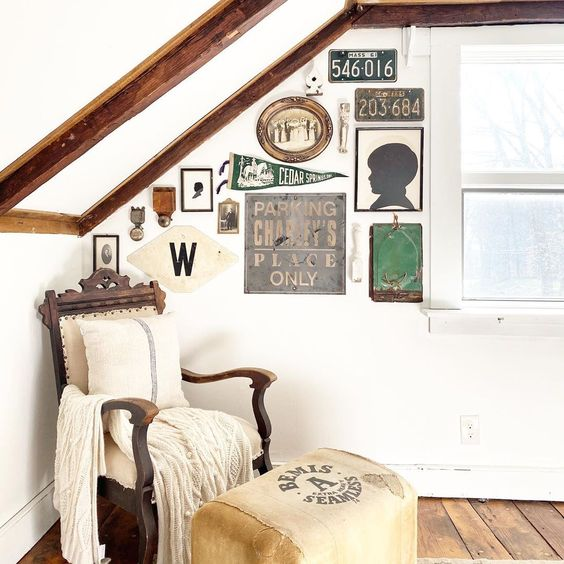 Farmhouse with unique vintage gallery wall #gallerywall #art #diyart #farmhousedecor #farmhouse #vintage #vintagedecor #vintageart