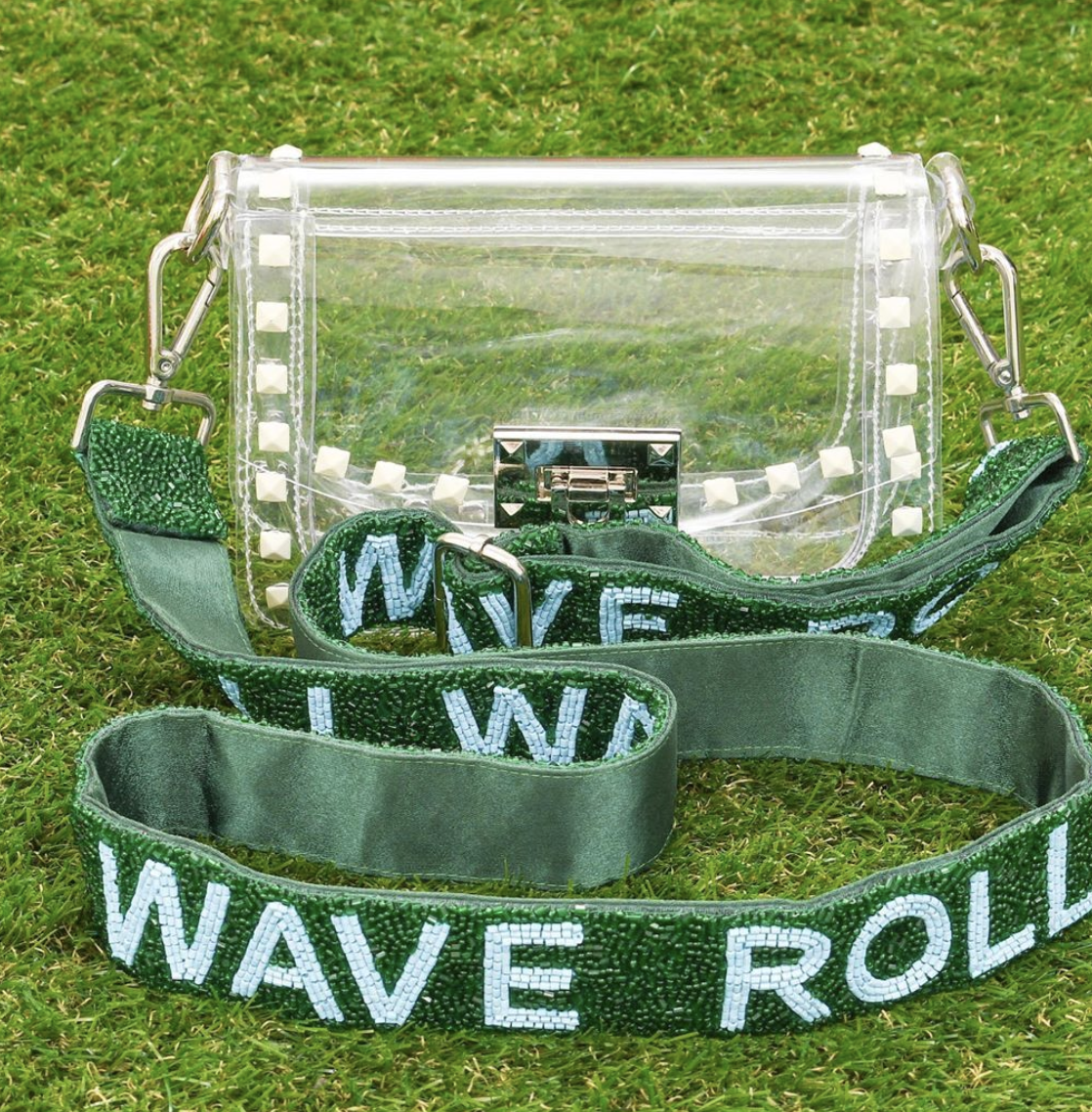 Love these custom beaded game day bag straps - the perfect way to show off your school spirit! kellyelko.com #college #collegegear #gameday #sports #gameday #giftsforher #giftguide