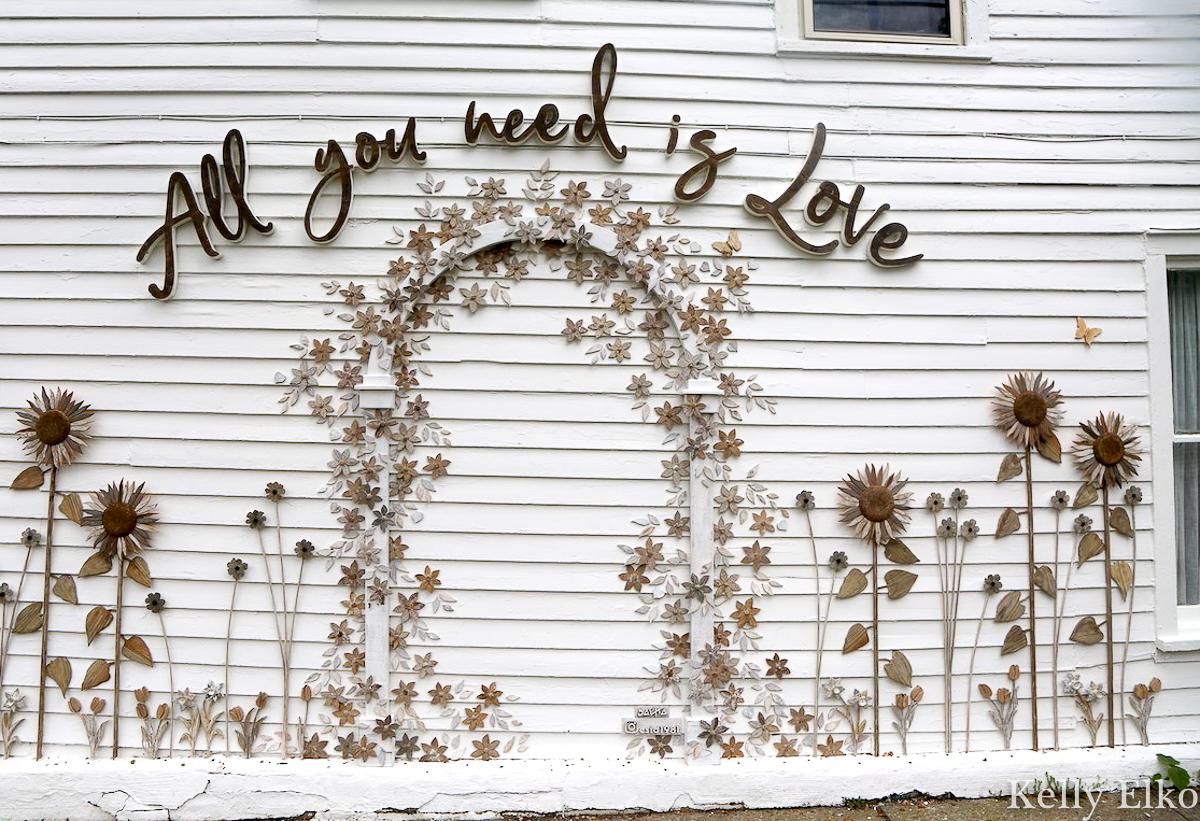 White Flower Farmhouse has the cutest wood floral art installation kellyelko.com #whiteflowerfarmhouse #artinstallation #farmhousedecor #outdoordecor #farmhousestyle
