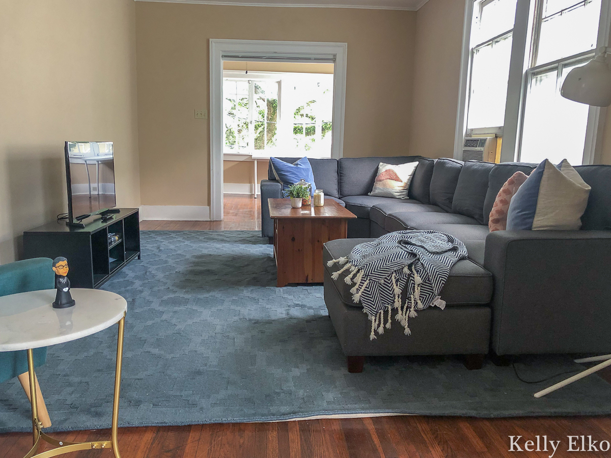 This modular sectional sofa is perfect for an apartment because it comes in 7 separate pieces and can be configured in lots of ways kellyelko.com #sectional #sectionalsofa #modularsofa #apartmentdecor #apartmentfurniture #thrifteddecor #thriftstoredecor #budgetdecor