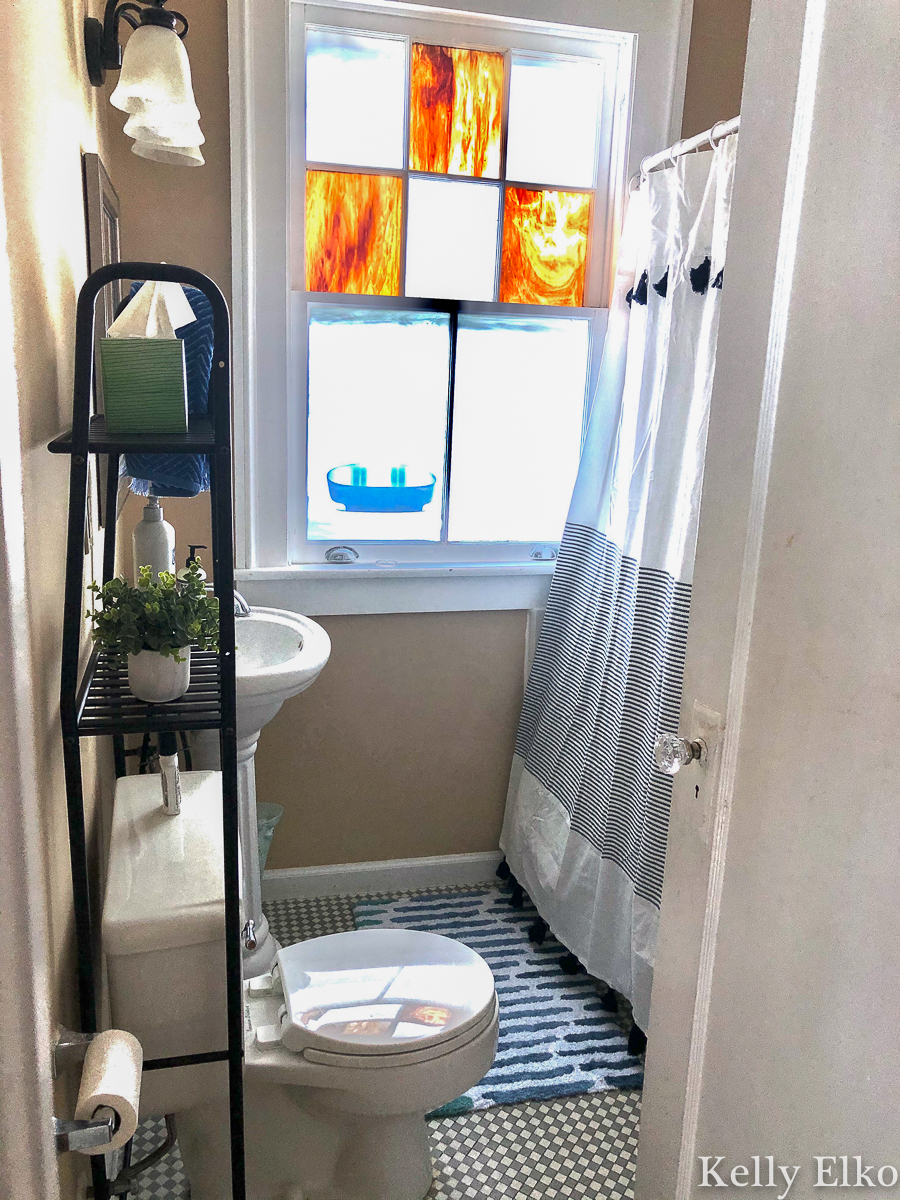 This tiny bathroom got a facelift with colorful accessories and more storage kellyelko.com #bathroom #smallbathroom #bathroomorganization #apartmentdecor