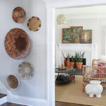 Boho basket gallery wall and basket gallery wall hanging tips kellyelko.com #baskets #basketwall #basketgallerywall #gallerywall #bohodecor #bohoart #farmhousedecor #eclecticdecor #vintagedecor #art