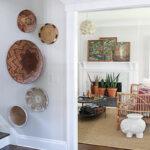 Boho basket gallery wall and basket gallery wall hanging tips kellyelko.com #baskets #basketwall #basketgallerywall #gallerywall #bohodecor #bohoart #farmhousedecor #eclecticdecor #vintagedecor #art