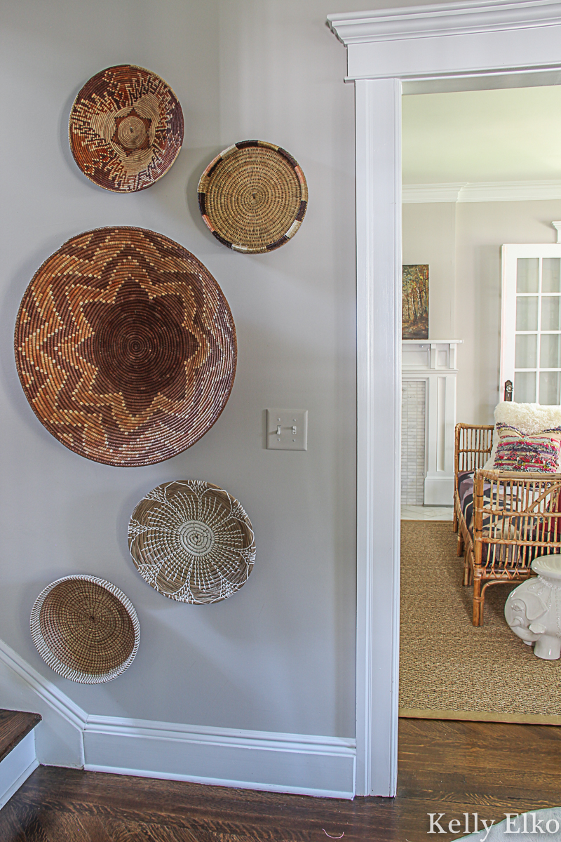 Love this beautiful boho basket gallery wall that adds so much texture and interest to this blank wall kellyelko.com #baskets #basketwall #basketgallerywall #gallerywall #bohodecor #diyart #thrifteddecor #eclecticdecor #farmhousedecor #falldecor
