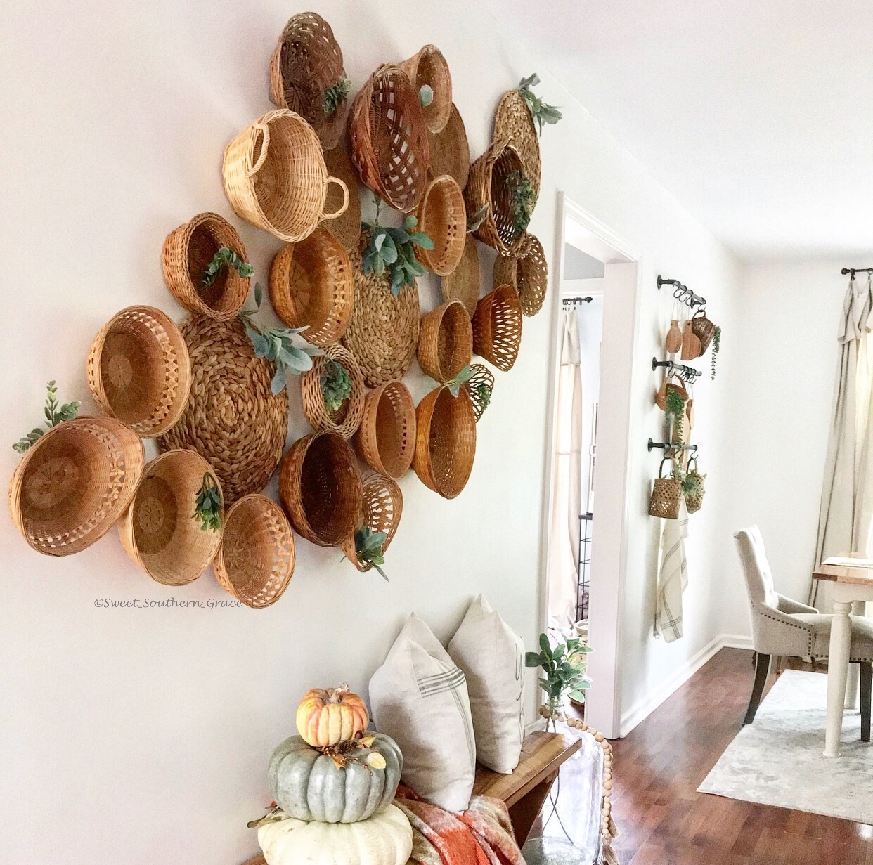 Love this farmhouse style basket gallery wall with plants #gallerywall #basketwall #basketgallerywall #farmhousestyle #farmhousedecor #eclecticdecor #diyart #thrifteddecor #thrifted #thriftedhome #neutraldecor