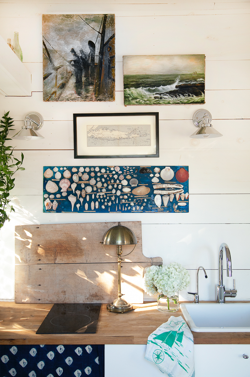 Vintage art and collections in this charming coastal cottage kellyelko.com