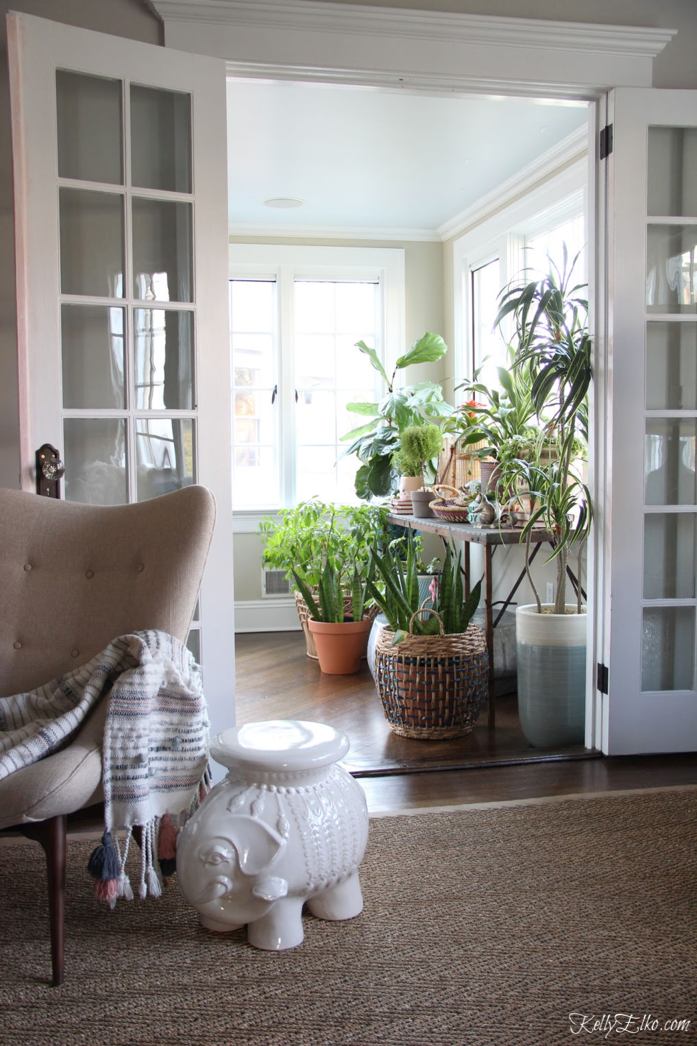 This sunroom is filled with beautiful plants! kellyelko.com #plants #planter #sunroom #sunroomdecor #houseplants #jungalow #eclecticdecor