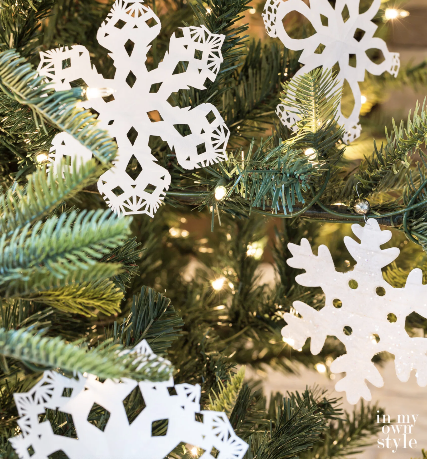 Unique DIY Ornaments - the tree is so pretty covered in these paper snowflakes