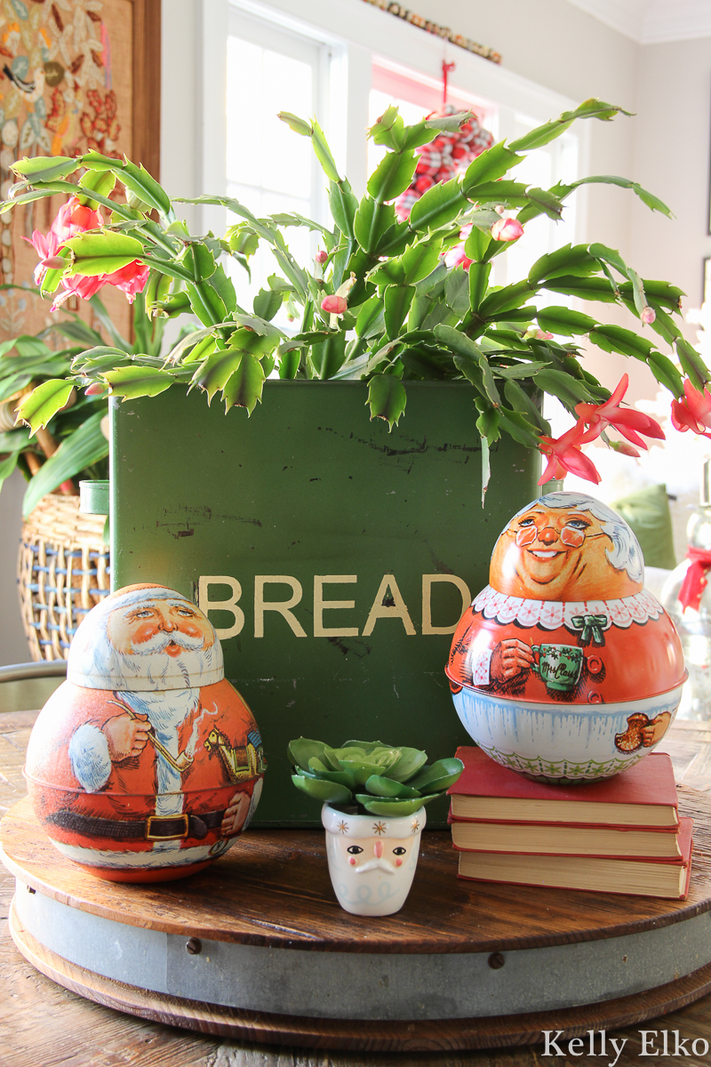 Christmas cactus in a vintage bread box with cute little roly poly Santa and Mrs. Clause tobacco tins kellyelko.com #christmascactus #Christmasdecor #vintagechristmas #vintagesanta #retrochristmas #farmhousechristmas