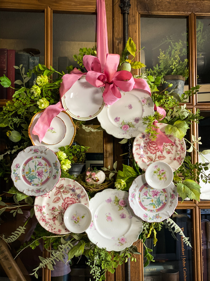 How to make a DIY plate wreath - without damaging your plates! kellyelko.com