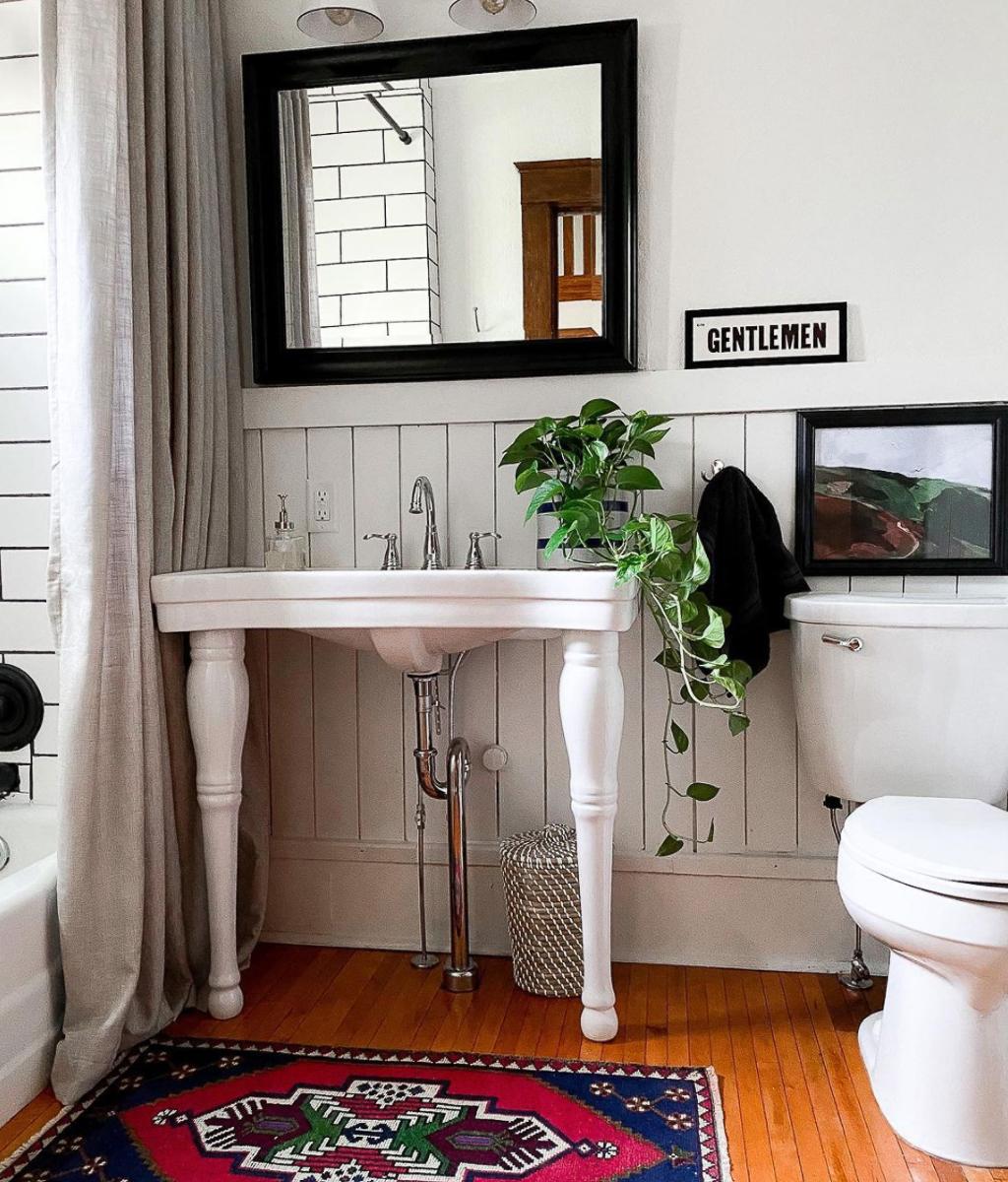 Love the freestanding sink in this charming vintage bathroom kellyelko.com